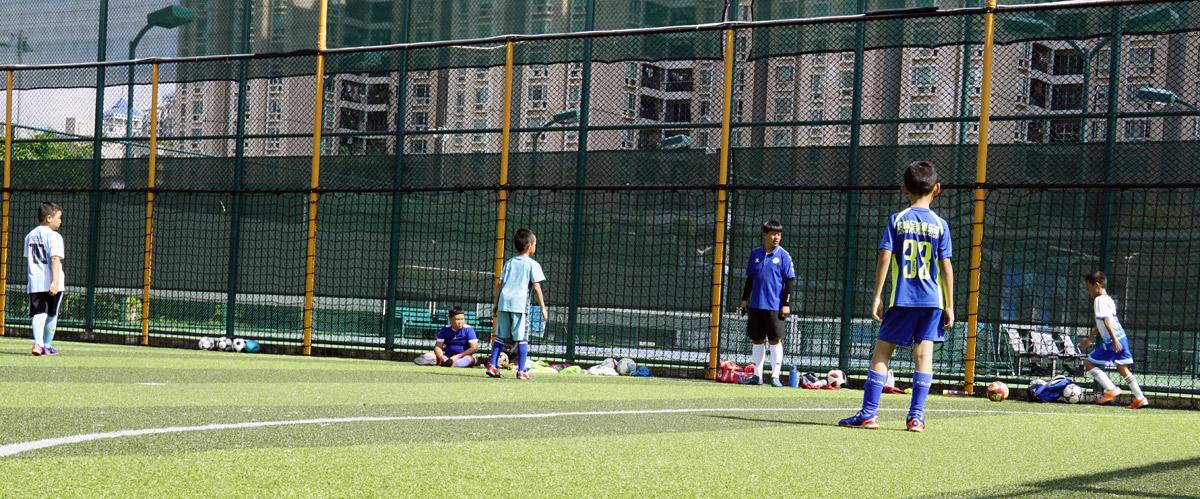 炎热的夏天,美丽的足球